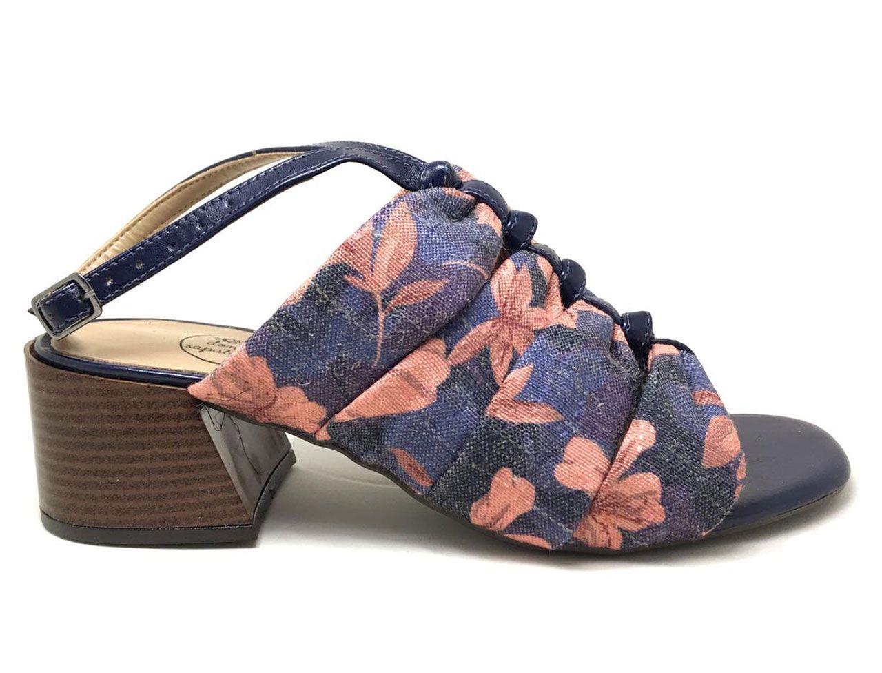 Sandália Bela em Tecido Jacquard com Estampa Floral e Salto Quadrado