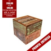Banco puff em madeira de demolição medindo 0,45 x 0,45