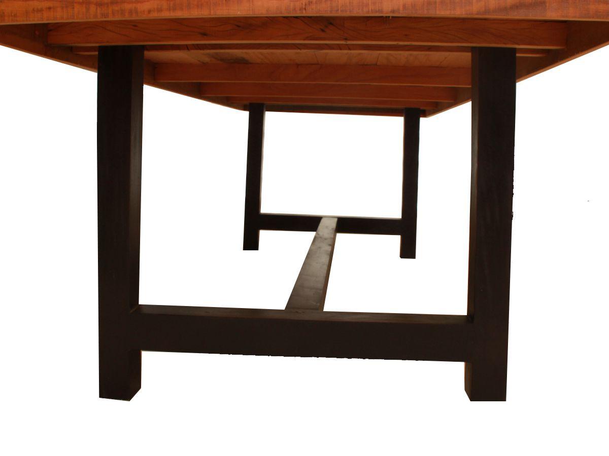 Mesa De Jantar Com Pés Pretos Fabricada em Madeira de Demolição Medindo 2,80(C) x 1,10(L) x 0,80(A)m