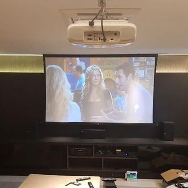 Tela de Projeção Elétrica Tensionada High Contrast 150'' Formato Widescreen 16:9 com Controle Remoto