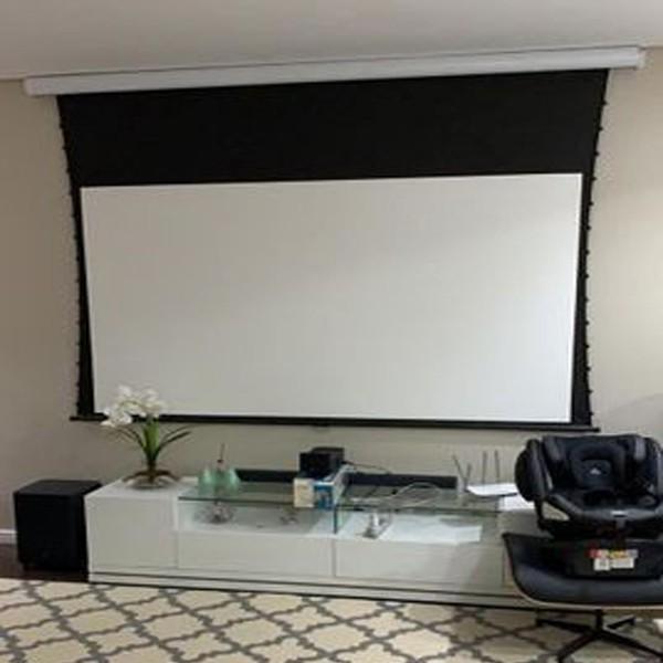 Tela de Projeção Elétrica Tensionada High Contrast 200'' Formato Widescreen 16:9 com Controle Remoto