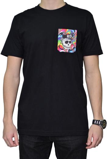 Camiseta Via Skate Shop Preta com Bolso Pirata Fundo Multicolor Espiral Psicodélico