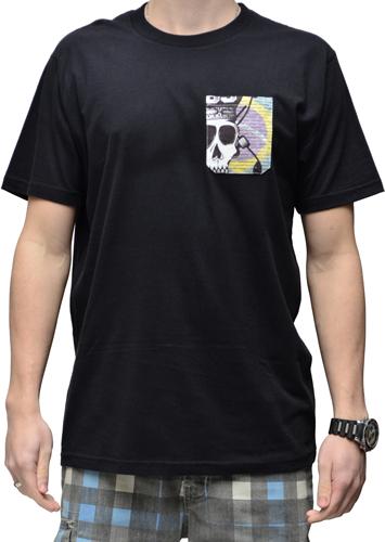Camiseta Via Skate Shop Preta com Bolso Pirata Fundo Bandeira do Brasil
