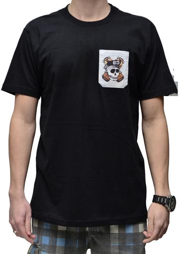 Camiseta Via Skate Shop Preta com Bolso Pirata Fundo Cinza