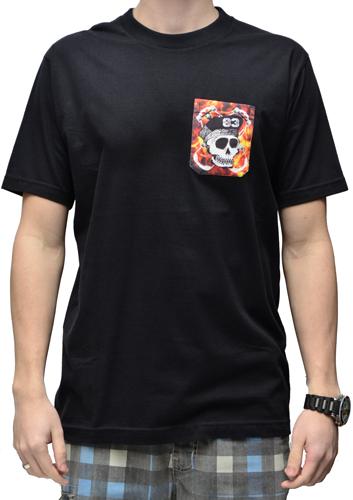 Camiseta Via Skate Shop Preta com Bolso Pirata Fundo Fogo