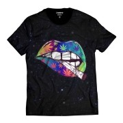 Camiseta Cannabis Lábios com Ervas Marijuana Colorida