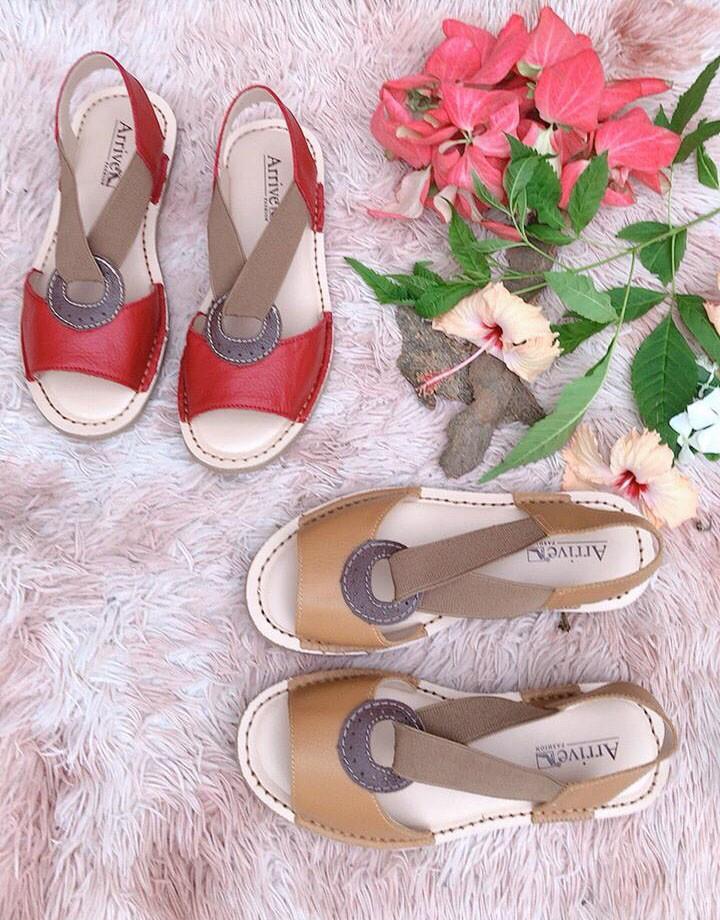 Sandália de couro com elástico