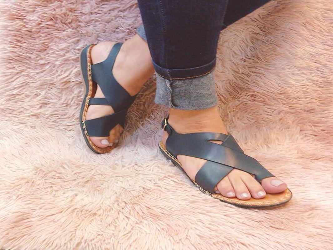Sandália baixa de couro com tiras cruzadas