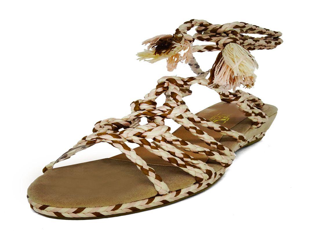 Sandália com amarra trançada