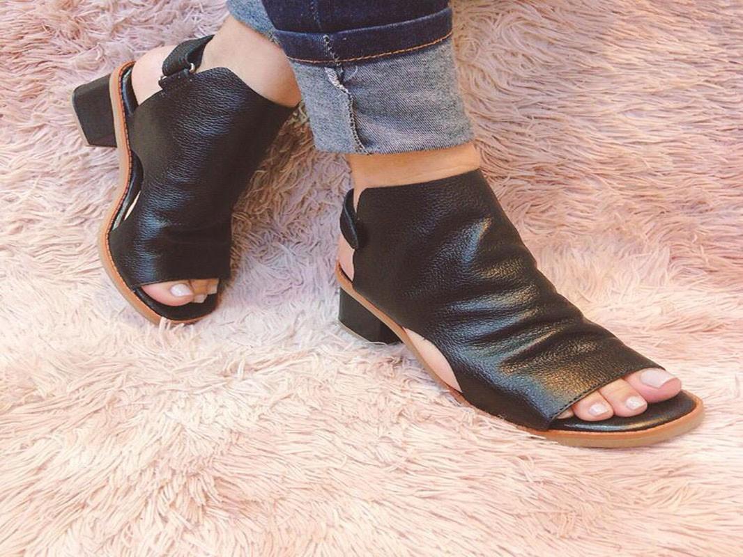 Sandália de couro recorte traseiro