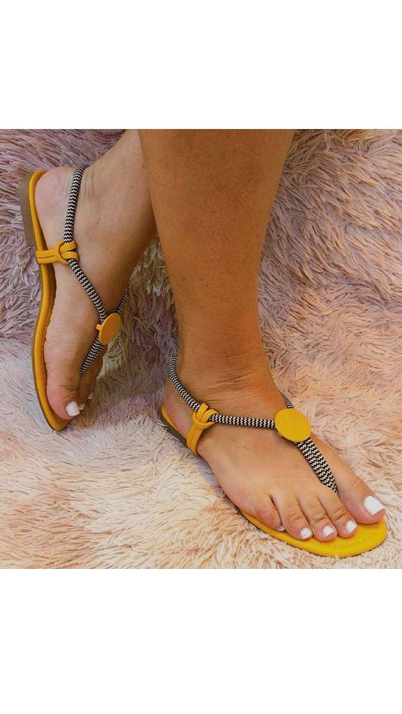 Sandália rasteira com cordão