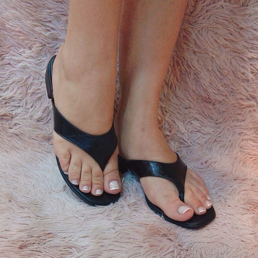 Sandália rasteira tira grossa