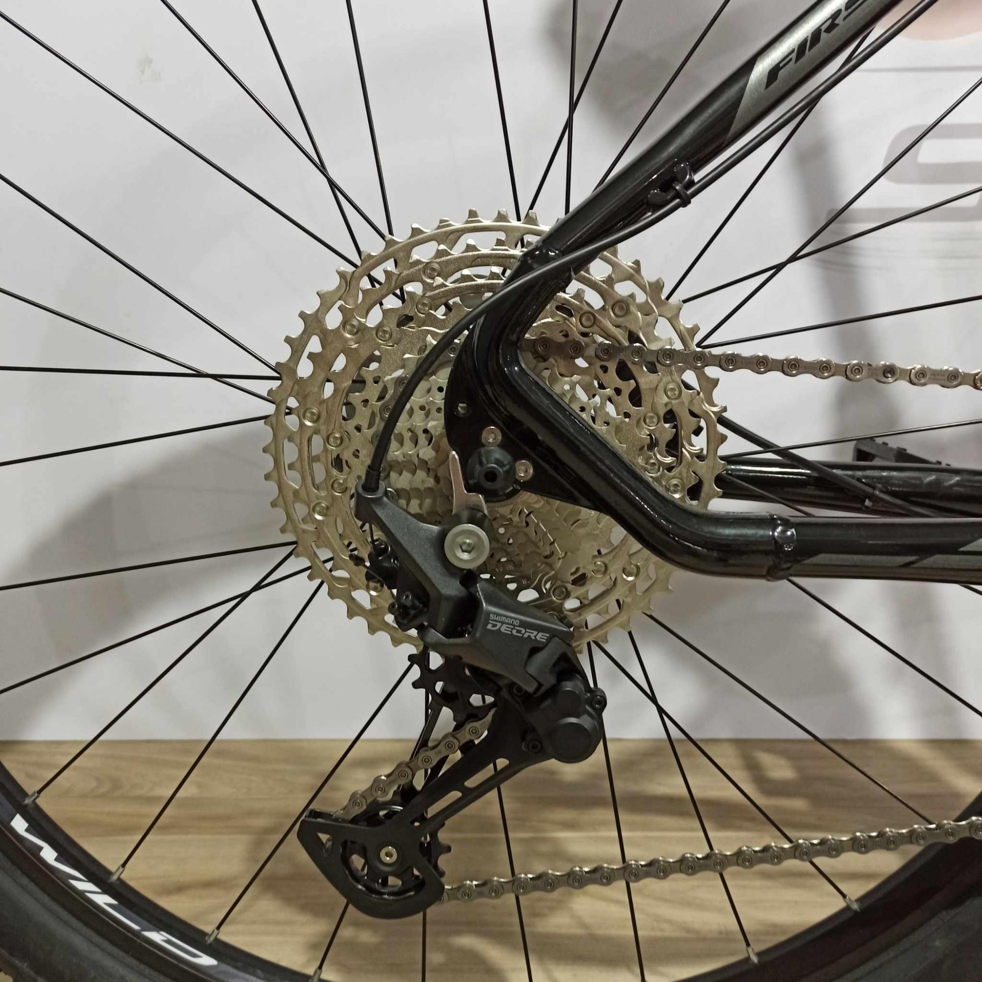 Bicicleta FIRST Lunix aro 29 - 11v Shimano Deore - Freio Shimano Hidráulico - Suspensão Absolute Prime a AR com Trava no Guidão