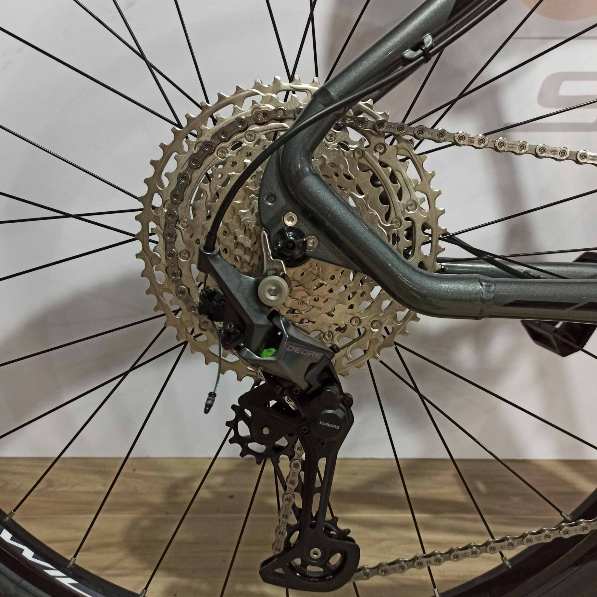 Bicicleta FIRST Lunix aro 29 - 12v Shimano Deore - K7 10/51 dentes - Suspensão Absolute Prime a AR com Trava no Guidão