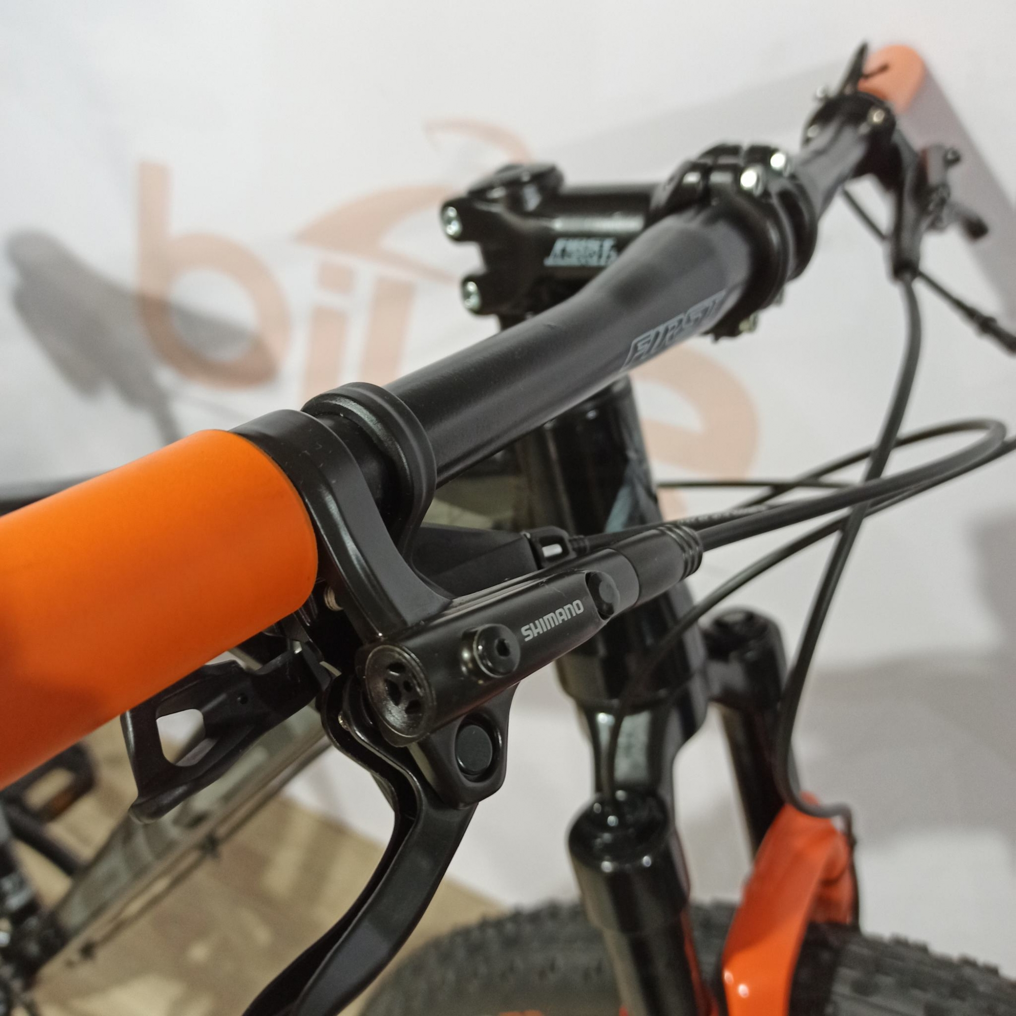 Bicicleta FIRST Lunix aro 29 - 12v Shimano SLX - K7 Deore 10/51 dentes - Suspensão Proshock Onix c/ Trava no Guidão