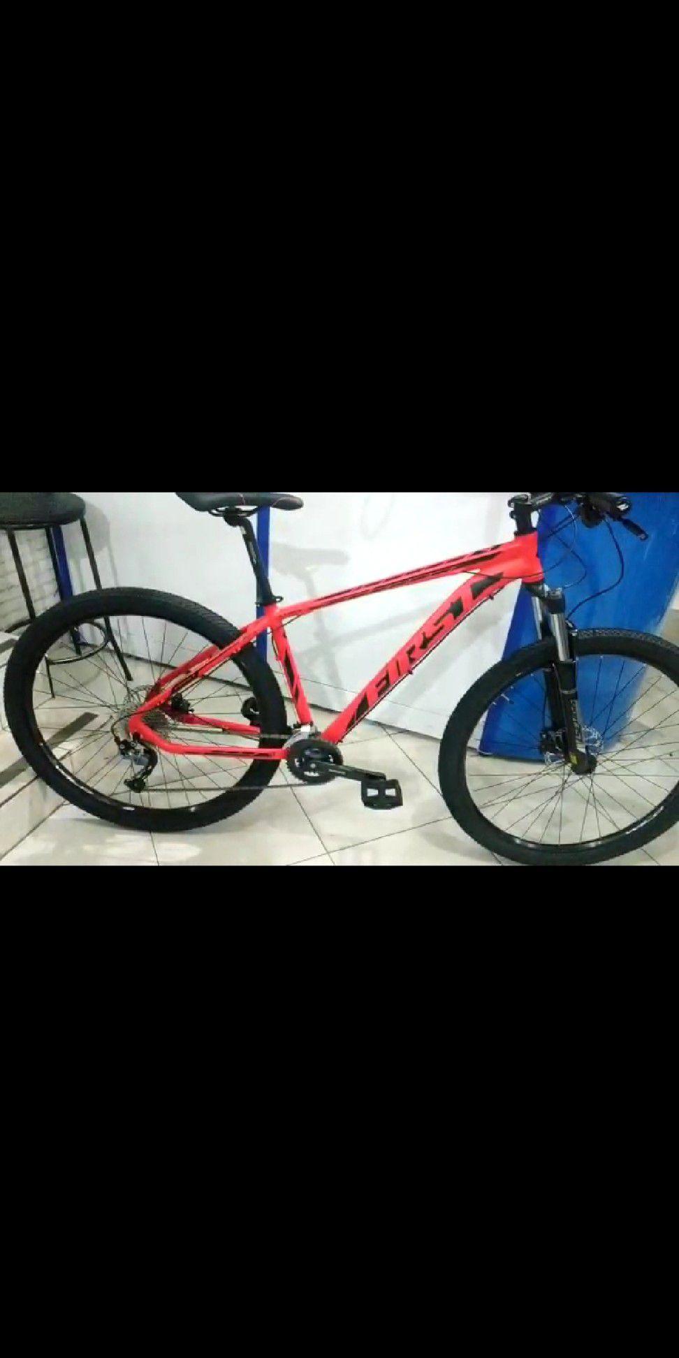 Bicicleta FIRST Lunix aro 29 - 18v Shimano Altus/Alívio -Freio Shimano Hidráulico - Suspensão GTA c/ trava no guidão