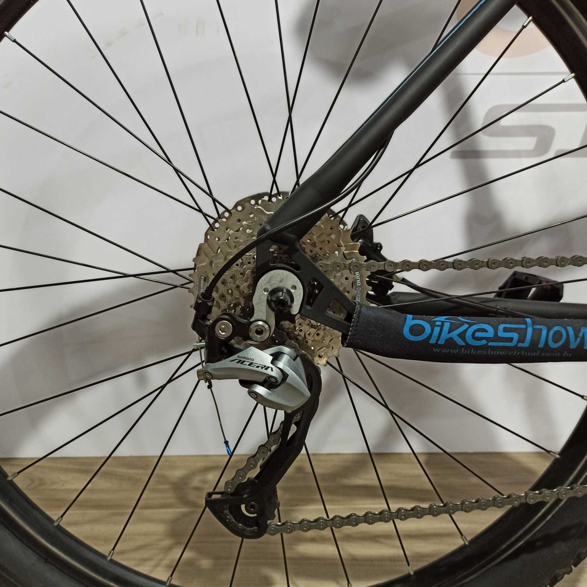 Bicicleta FIRST Smitt aro 29 - 27v Shimano Acera - Freio Shimano Hidráulico - Suspensão GTA com trava no guidão