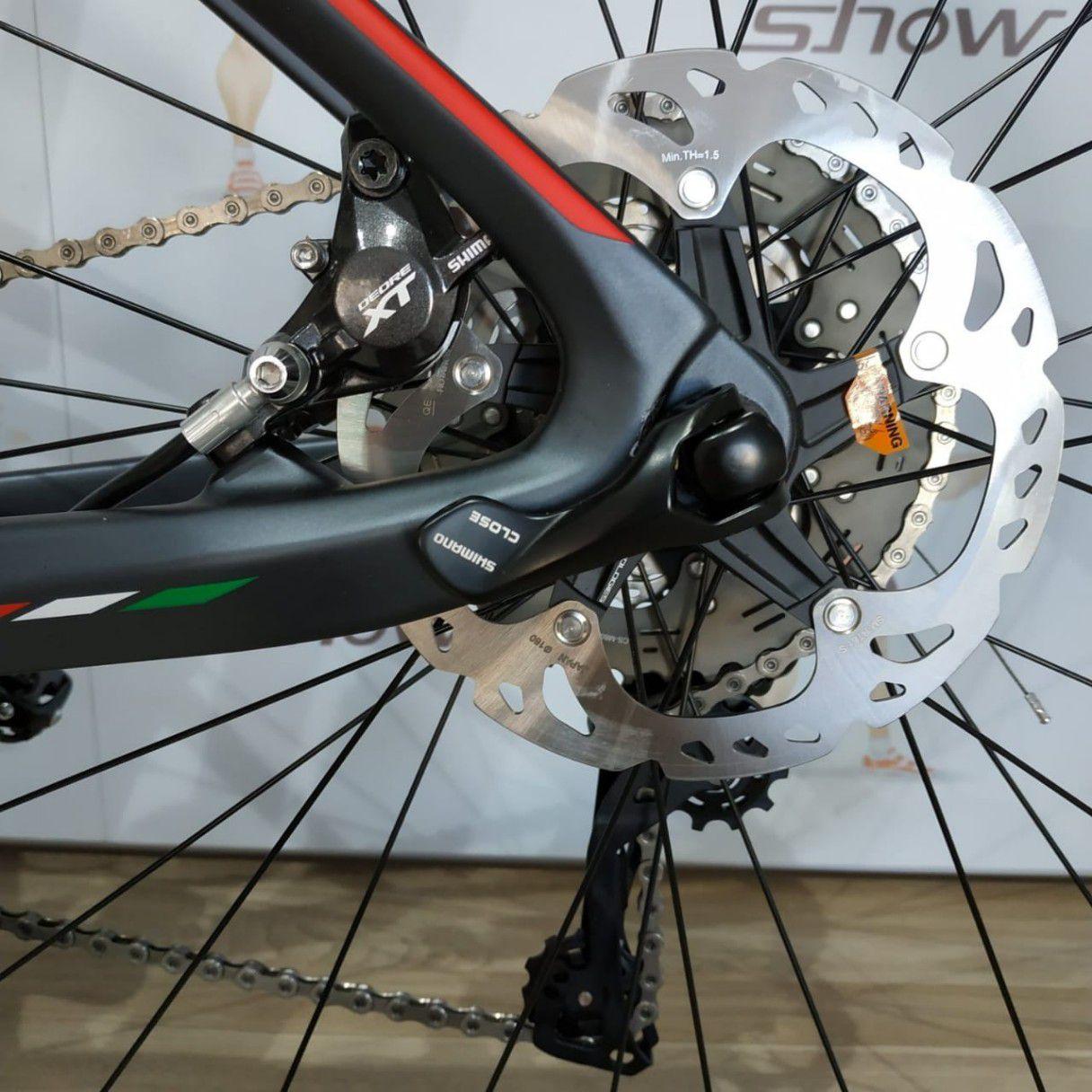 Bicicleta OGGI Agile Pro Carbon aro 29 2019 - 22V Shimano XT - Suspensão Rock Shox Sid WC - Grafite/Vermelho + BRINDES