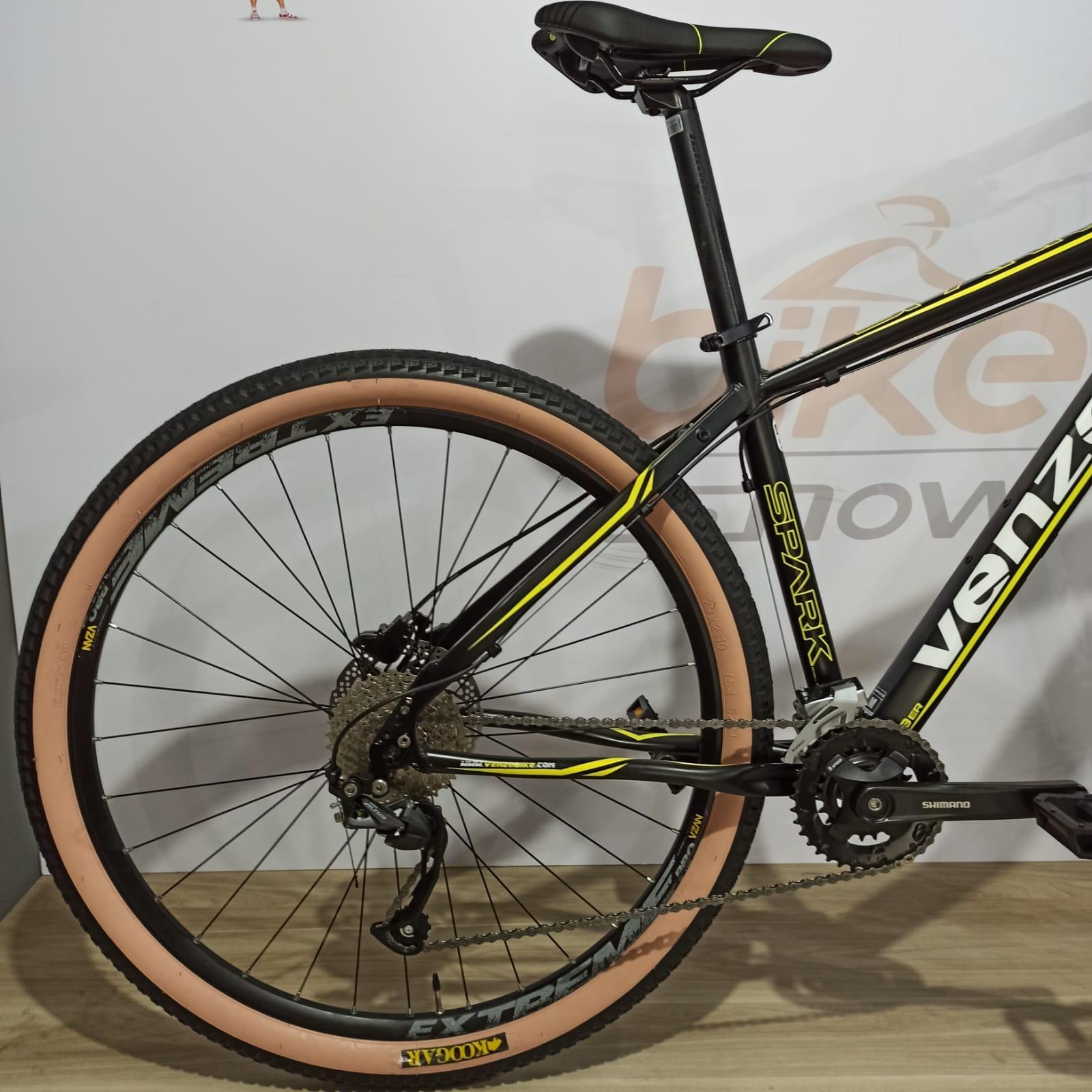 Bicicleta VENZO Spark aro 29 - 18v Shimano Altus - Freio Shimano Hidráulico - Suspensão Suntour com Trava no ombro