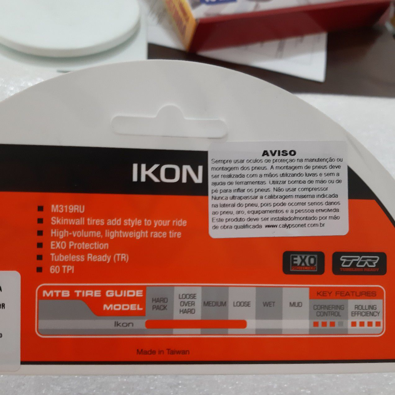 Pneu Maxxis 29 x 2.20 Ikon M319RU Skinwall com faixa bege