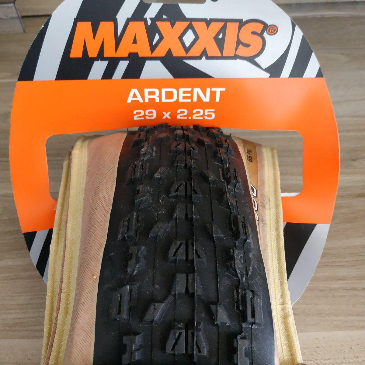 Pneu Maxxis 29 x 2.25 Ardent M315 Skinwall com faixa bege