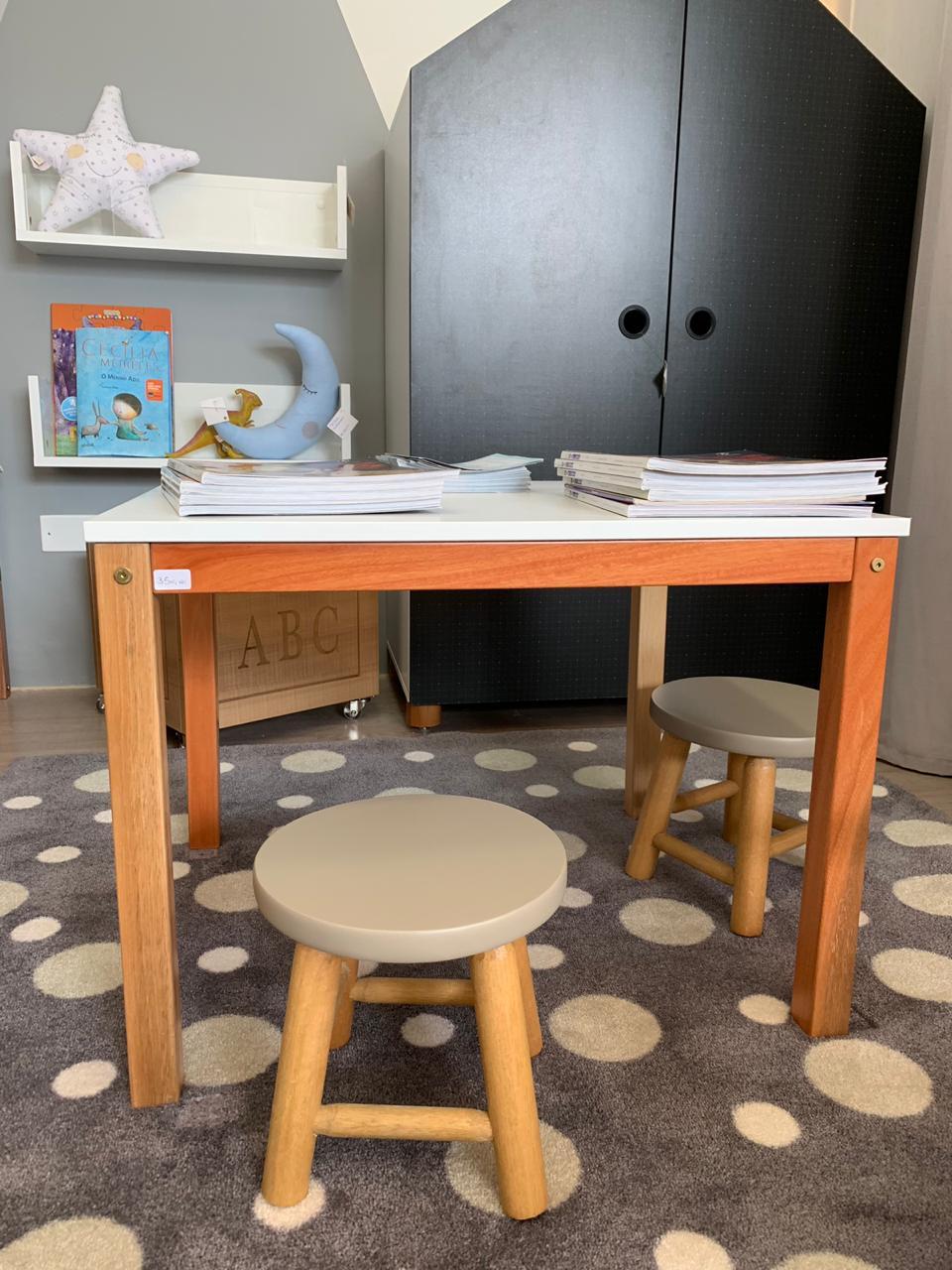 Mesa com 2 banquinhos