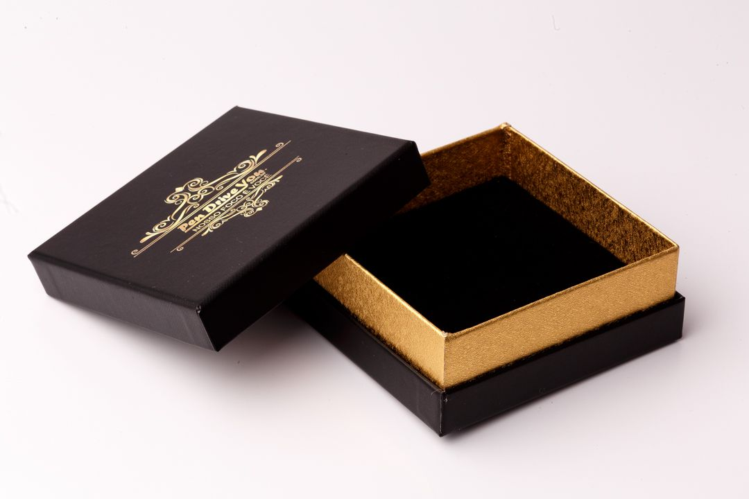 Case Cartonado Preto c/ Detalhe Ouro para Pen Drive Personalizado