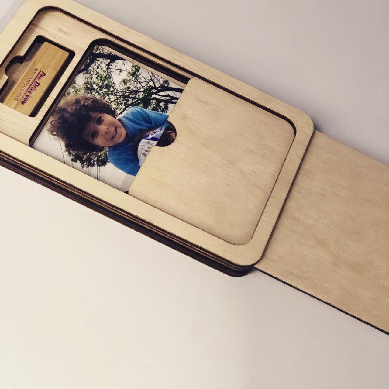 Case Madeira p/ Pen Drive e Foto 10x15 Wood Frame V