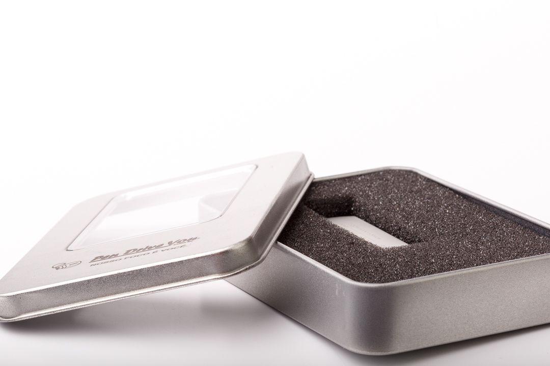 Case Metal Grande Prata com Visor para Pen Drive Personalizado