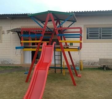 PLAYGROUND DE MADEIRA MULTI-BRINQUEDO  ESCORREGADOR DE FIBRA  - Casinha Infantil