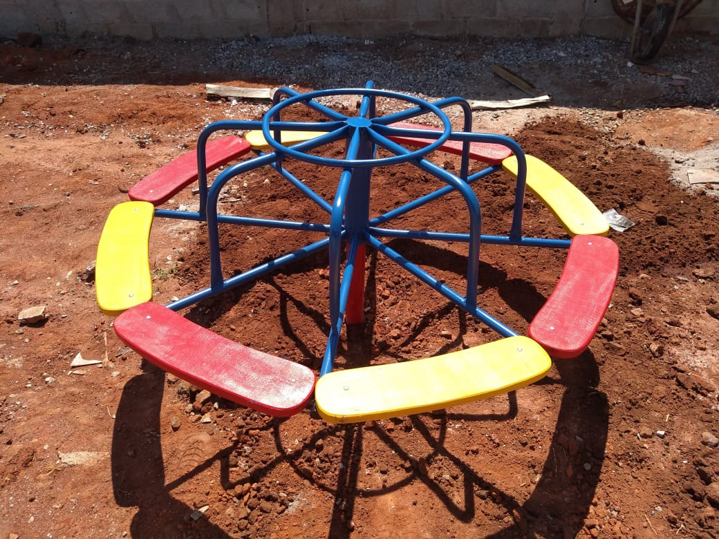 Playground Gira Gira de Ferro com 8 Lugares  - Casinha Infantil Decorlazer