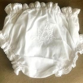 Calcinha para Bebê com Bordado a Mão Branco - P/M/G