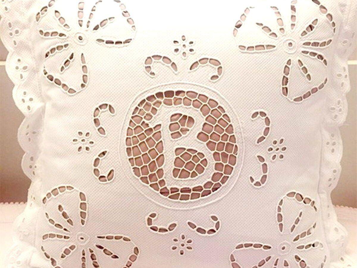 Capa de Almofada Avulsa 40x40 Bordado Richelieu Monograma Jerissa  - Bordados do Ceará - Jutnet