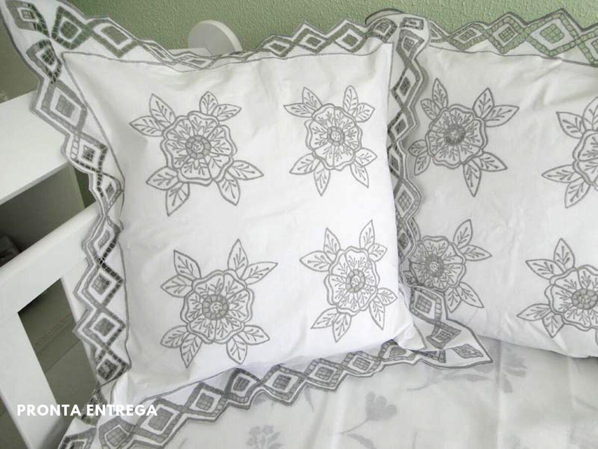 Capa de Almofada com Bordado Richelieu e Cheio 50x50 (1 Par) Floral  - Bordados do Ceará - Jutnet