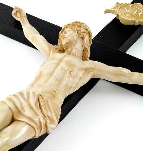 Crucifixo Madeira Imagem De Resina Cor Marfim
