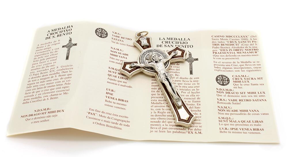 Cruz com medalha de São Bento - Detalhes Prateado e Esmalte Marrom 8cm