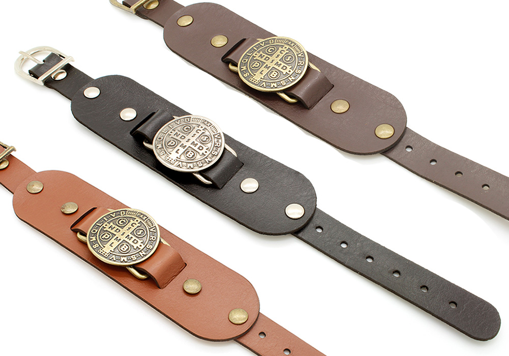 Pulseiras Braceletes de Couro Sintético  com Medalha da Cruz de São Bento