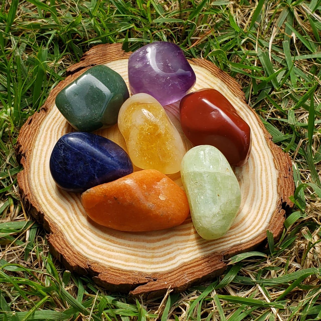 Pedra dos 7 Chakras com Suporte de Madeira - Grande