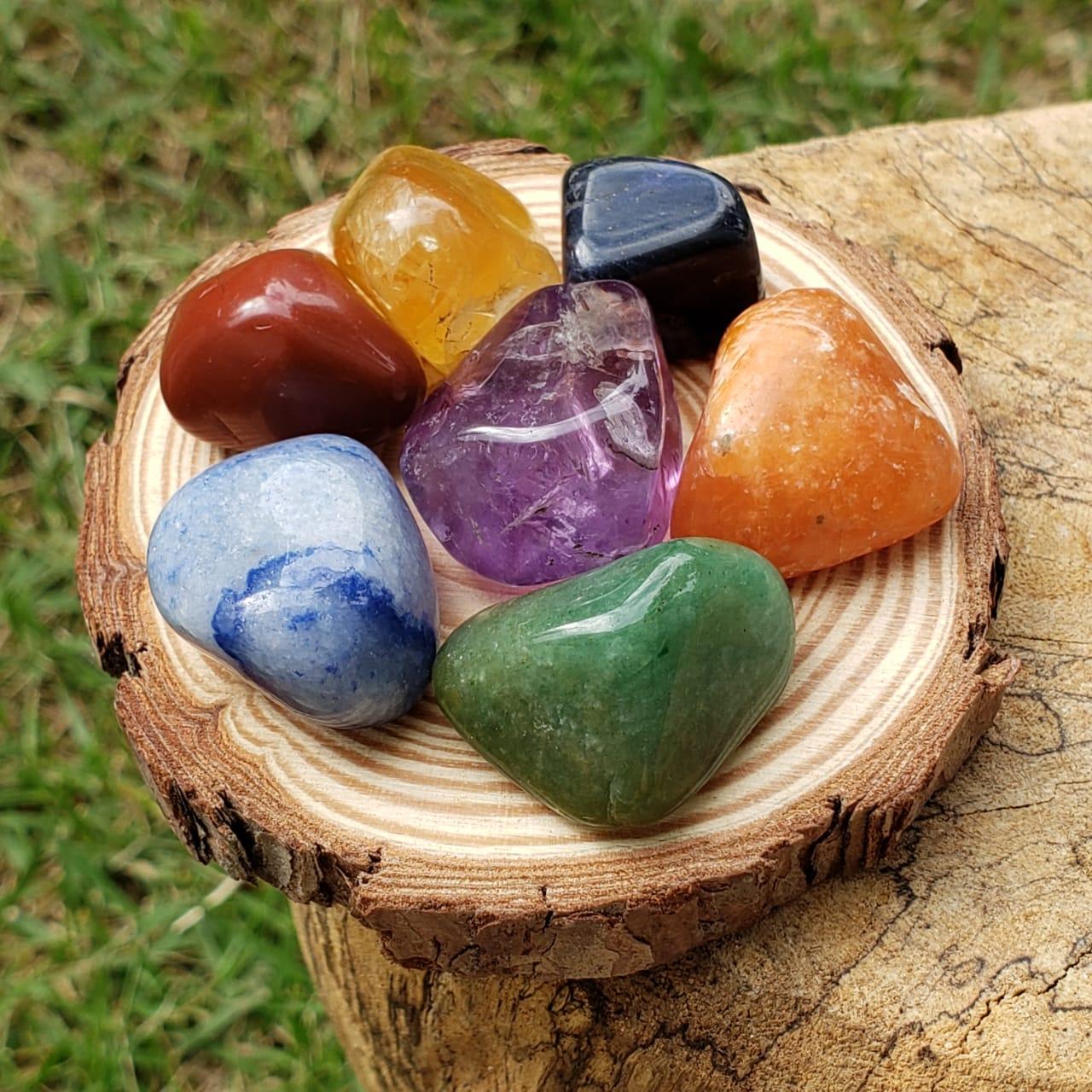 Pedra dos 7 Chakras com Suporte de Madeira - Pequeno