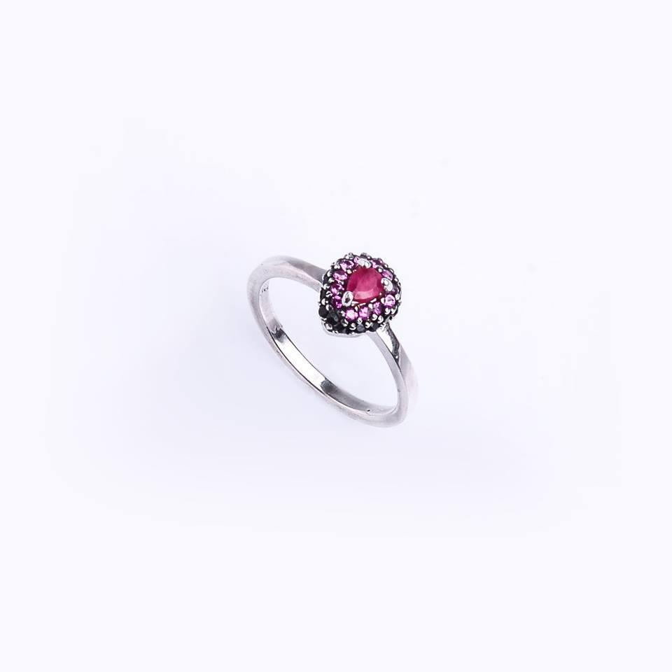 Anel em Prata 925 com gota central de Rubi Indiano e volta de zircônias rosa e negra.