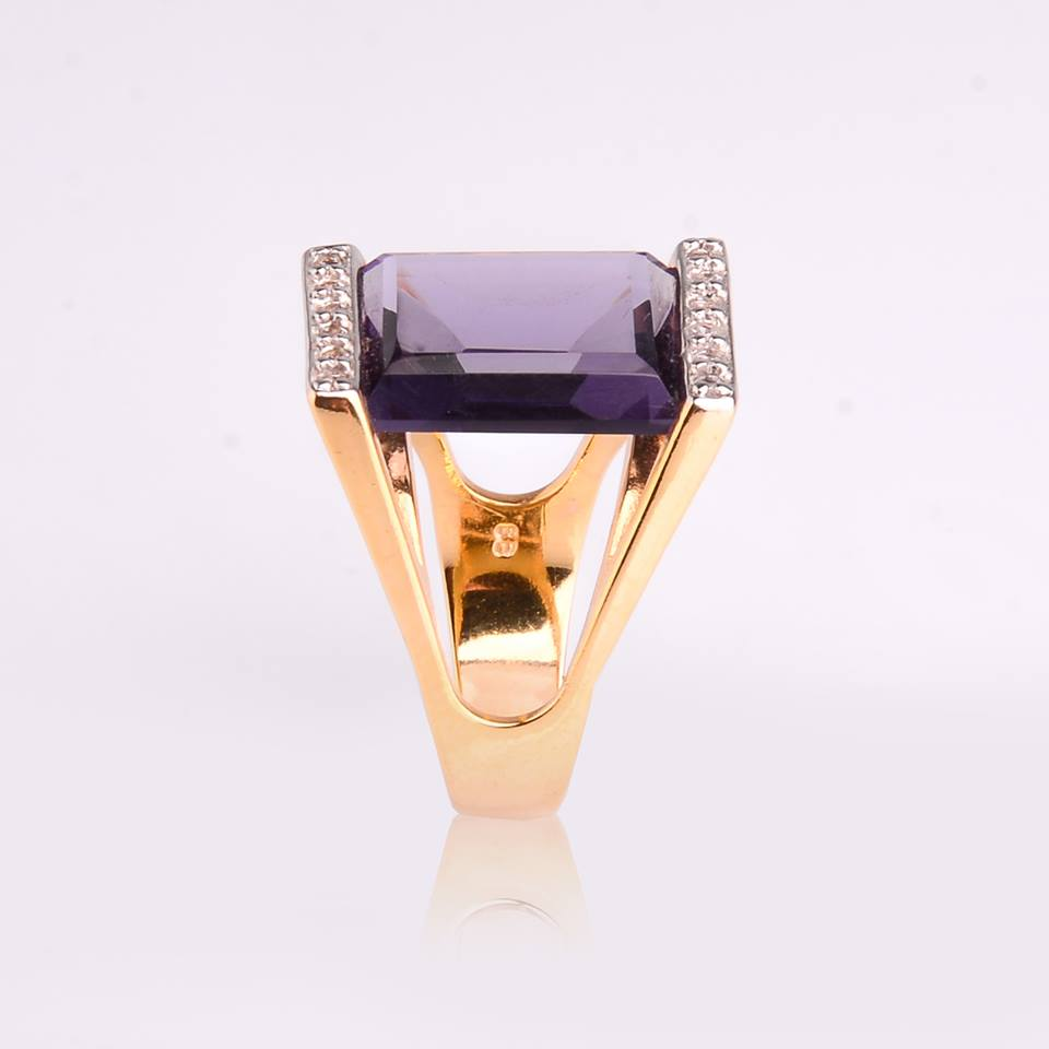 Semi Joias Anel dourado com cristal e zircônias.