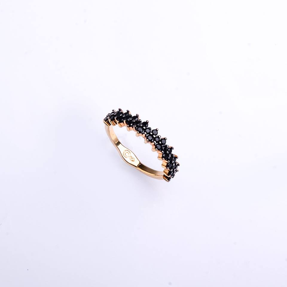 Semi joias Anel dourado cravejado com zircônia negra.
