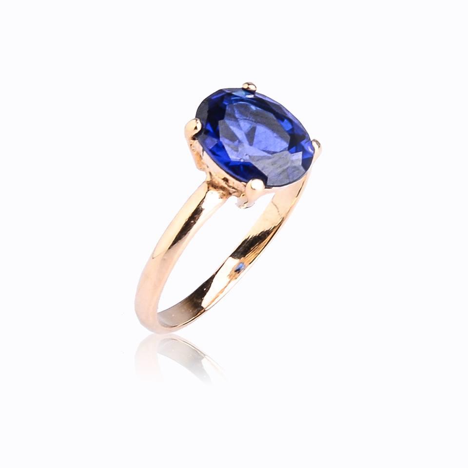 Semi joias anel dourado com zircônia oval azul.