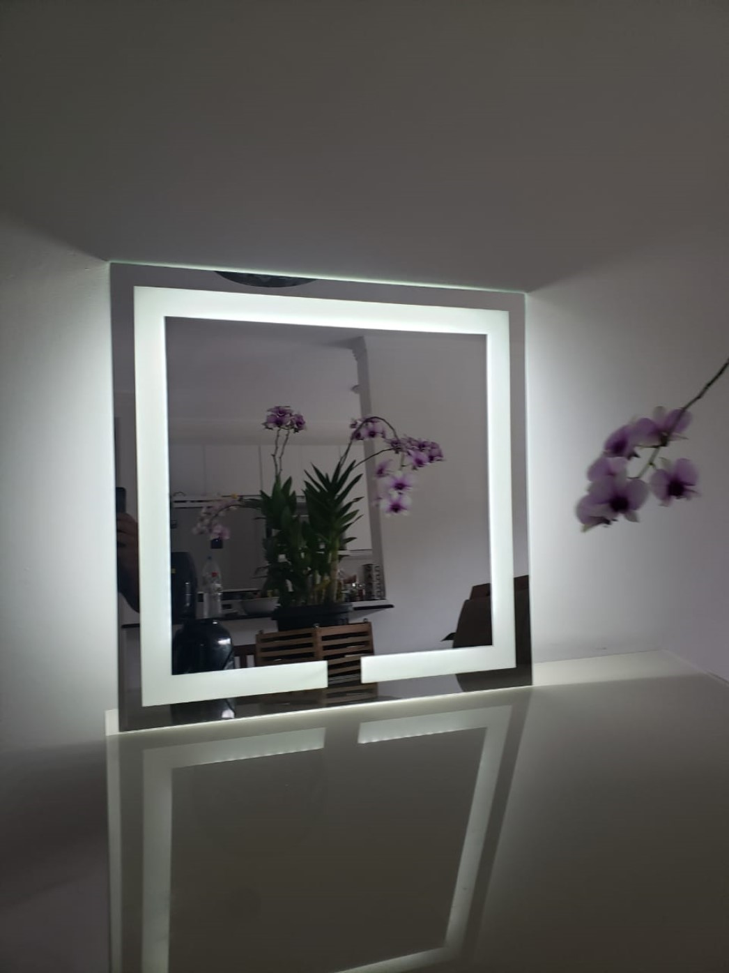 Espelho quadrado jateado iluminado com led quente neutro 60x60cm