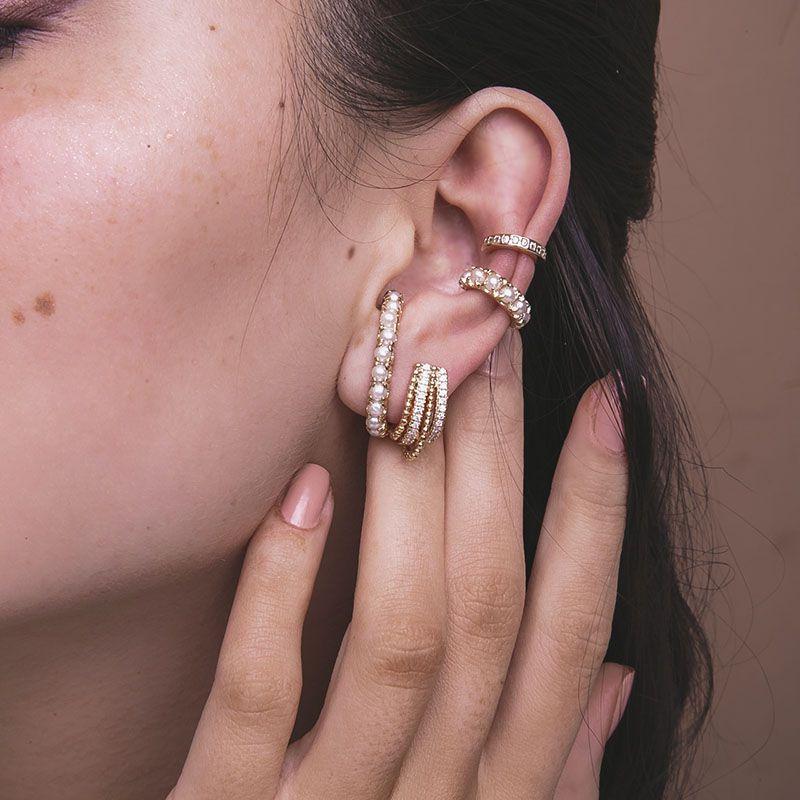 Brinco ear hook cravejado com bolinhas e banho de ouro semi joia