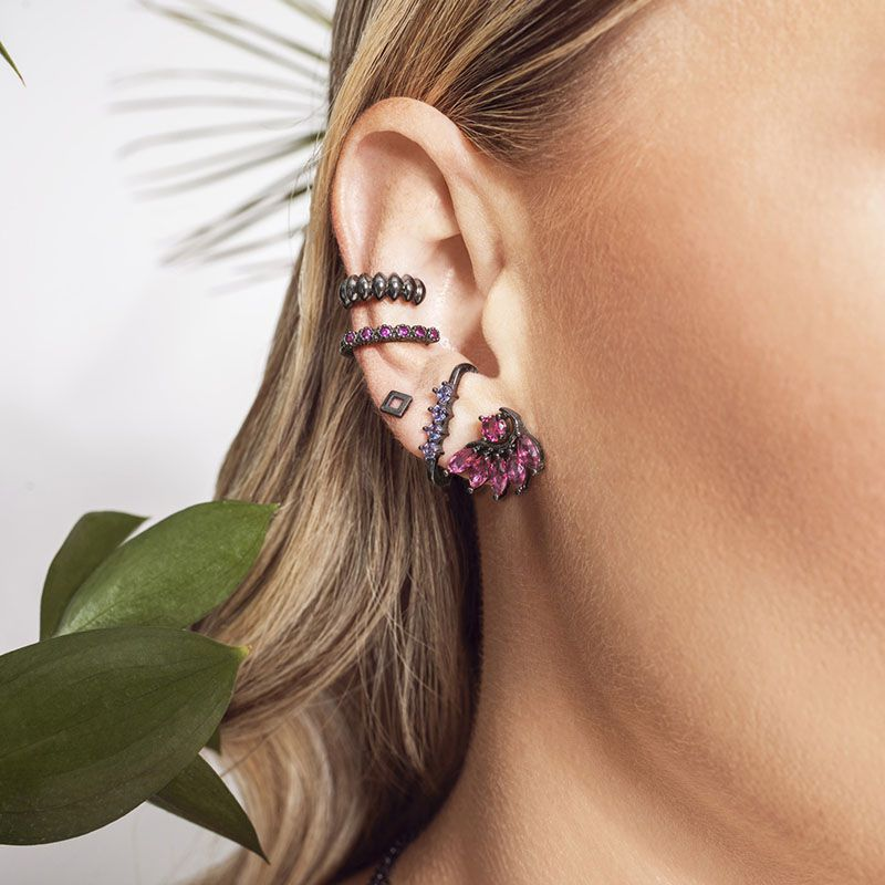 Brinco ear hook cravejado cor tanzanita ródio negro