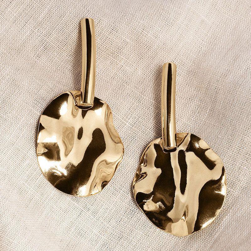 Brinco pêndulo oval ondulado banho de ouro