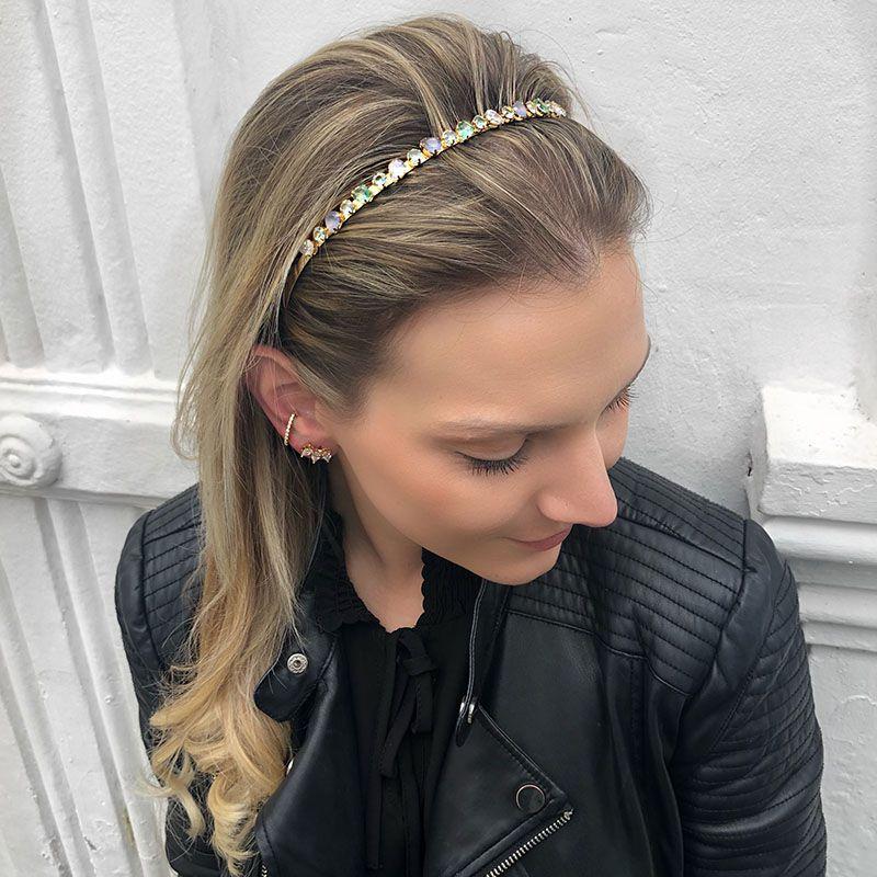 Tiara de cabelo pedras coloridas dourada