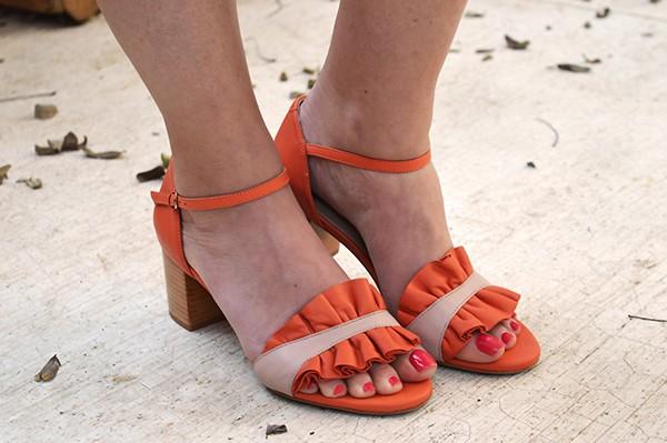 Sandália com babado Laranja Lais  - Angelina Vai às Compras