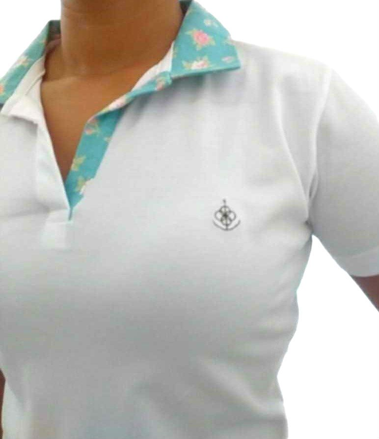 01075cdc10 Camisa Polo Feminina Branca Detalhe Floral Azul
